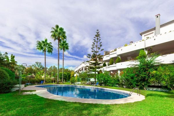 3 Bedroom, 2 Bathroom Apartment For Sale in Balcones de Puente Romano, Marbella Golden Mile